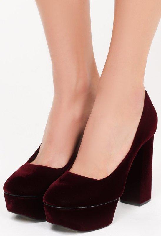 Девушка в бархатных туфлях на устойчивом каблуке