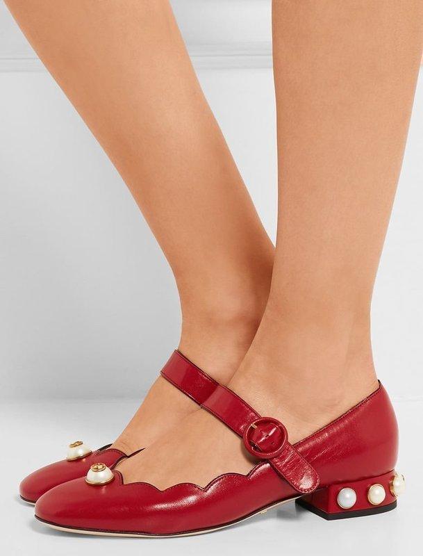 Девушка в туфлях Мэри Джейн на низком устойчивом каблуке