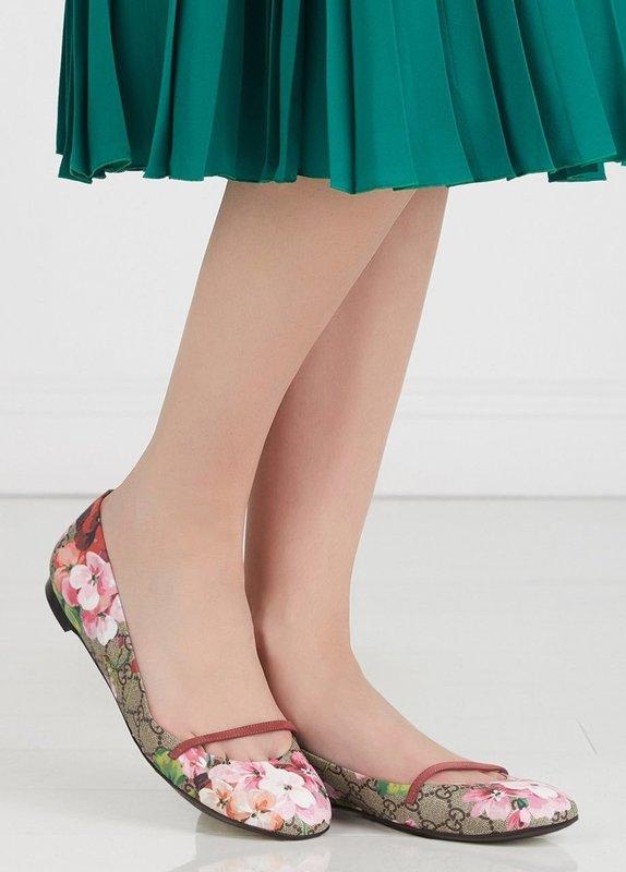 Девушка в балетках с цветочным принтом
