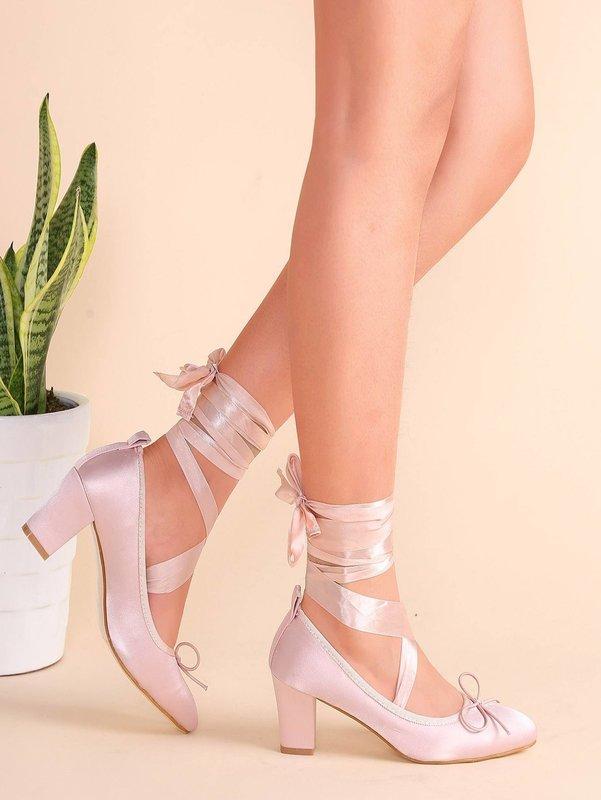 Девушка в туфлях с атласными лентами