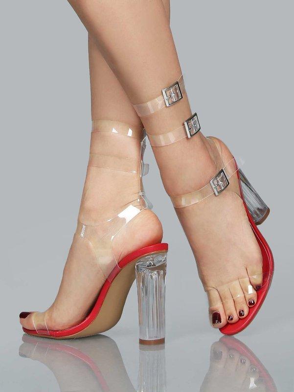 Девушка в полностью прозрачных туфлях с пряжками