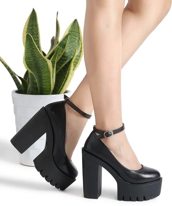 Девушка в туфлях на тракторной подошве с ремешком