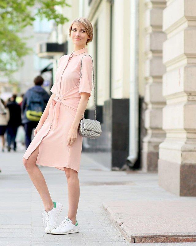 Девушка в кроссовках и платье
