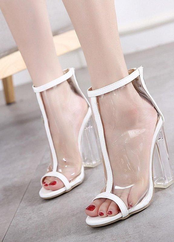 Девушка в полностью прозрачных туфлях с прозрачным каблуком