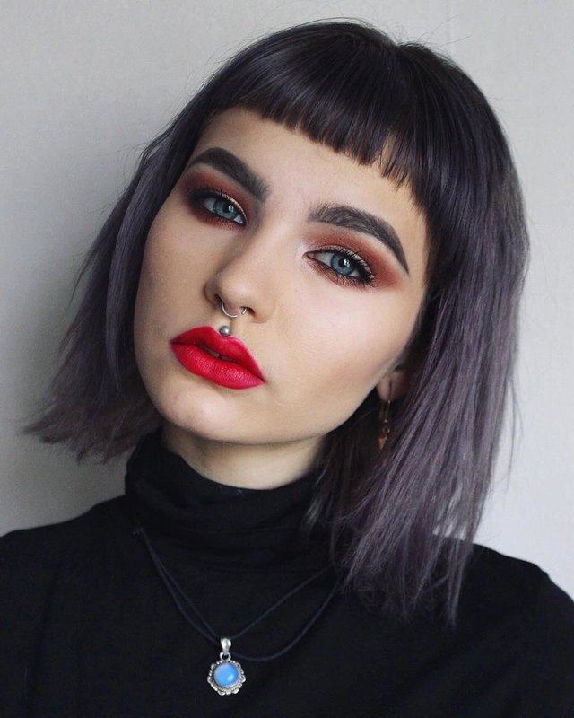 Девушка с прямым срезом волос и ультракороткой челкой
