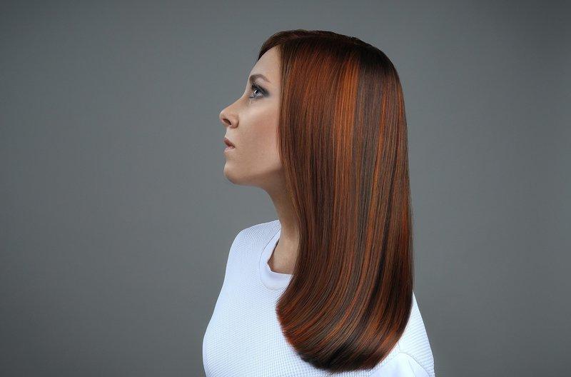 Девушка с прямыми ровными волосами средней длины