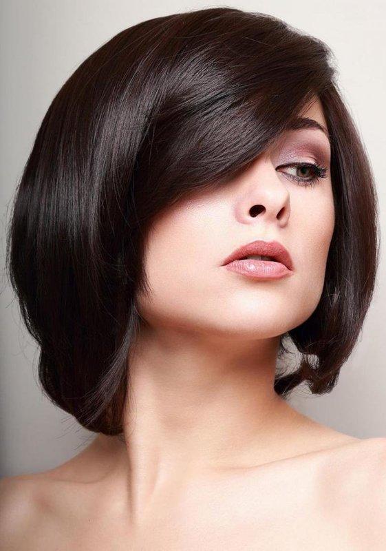 Девушка со стрижкой на средние волосы