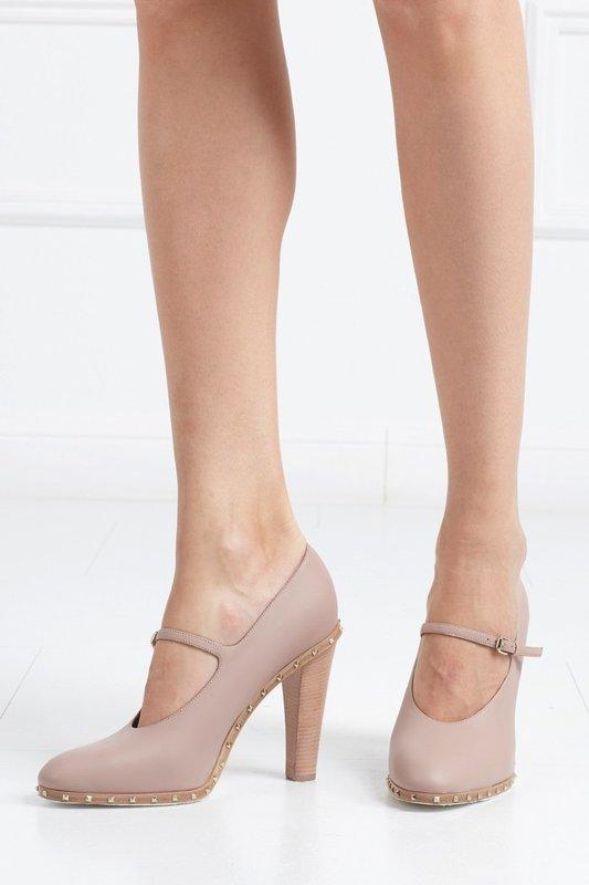 Девушка в туфлях с ремешком на подъеме