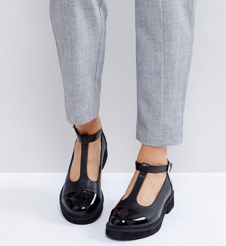 Девушка в туфлях на плоской подошве с Т-образным ремешком