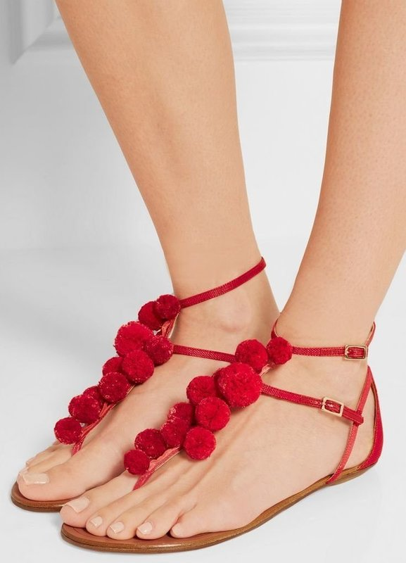 Девушка в сандалях с помопонами