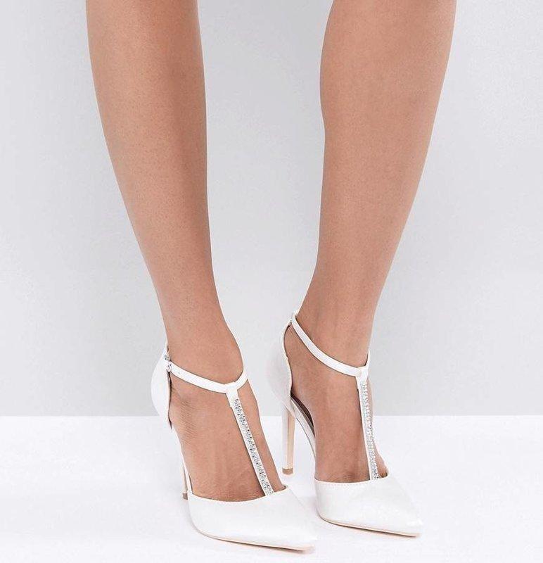 Девушка в туфлях-лодочки с Т-образным ремешком
