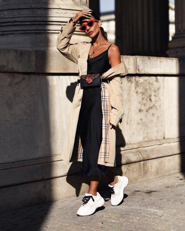 Девушка в громоздких кроссовках в сочетании с платьем