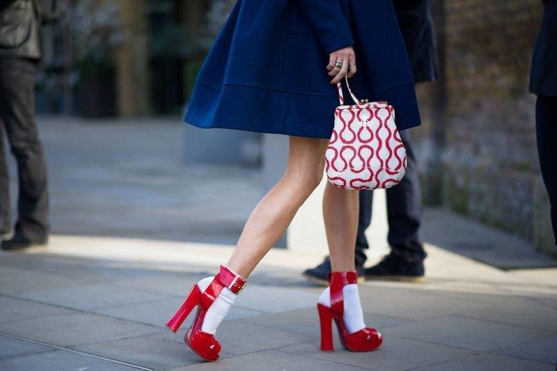 Красные туфли с белыми носками