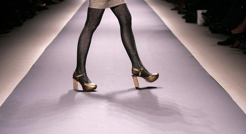 Золотистые туфли с ремешком