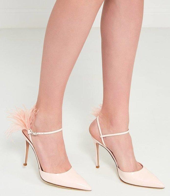 Девушки в туфлях с перьями на ремешке