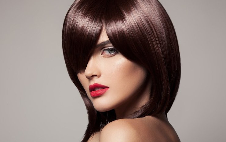 Девушка с модной стрижкой на волосы средней длины
