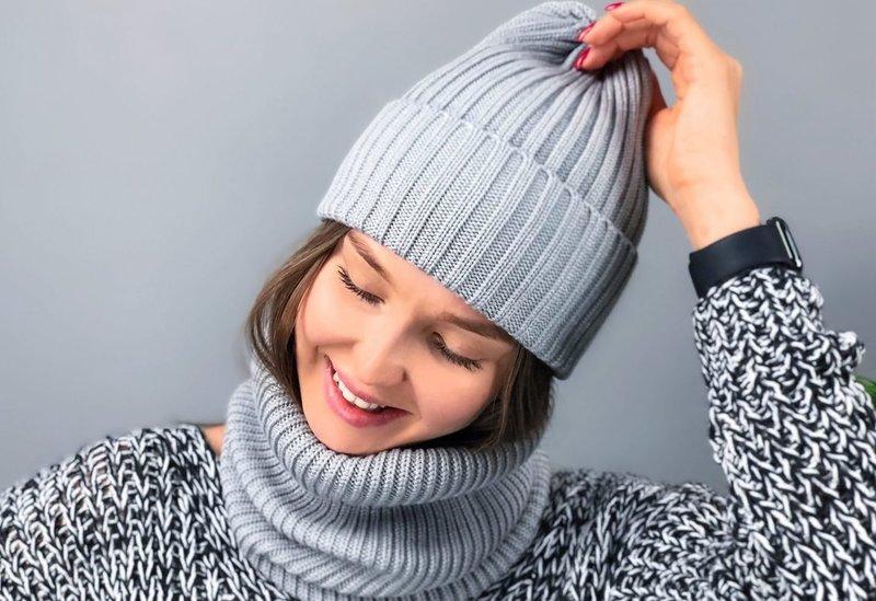 Серая вязаная шапка