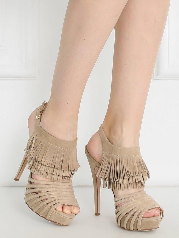 Девушка в туфлях на высоком каблуке с бахромой