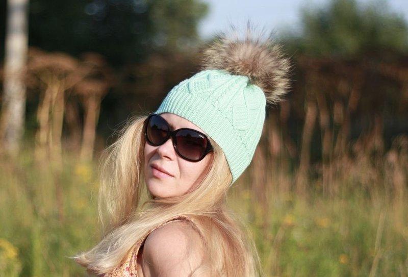 Мятная шапка на блондинке