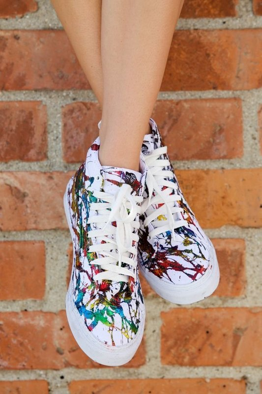 Девушка в кроссовках с художественной росписью