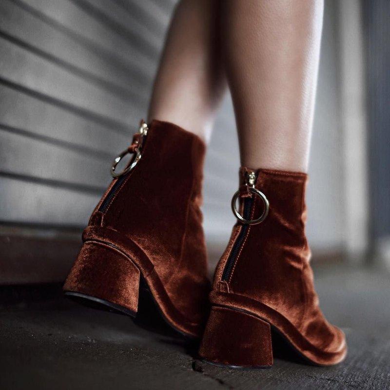 Стильные ботинки из бархата