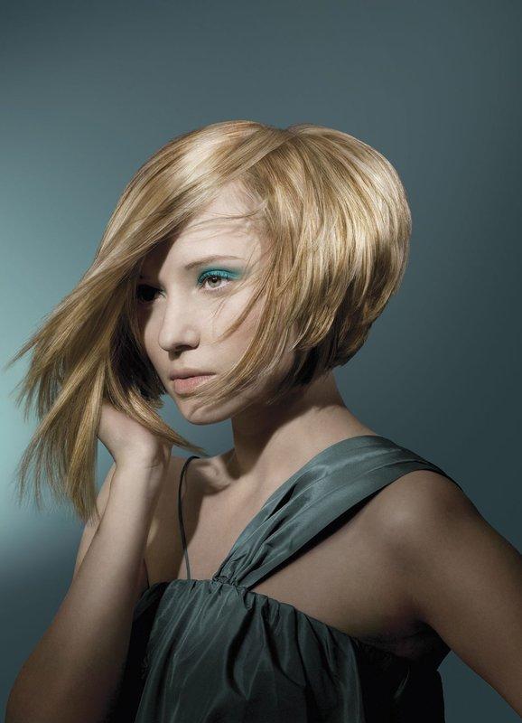 Девушка с асимметричным бобом на среднюю длину волос