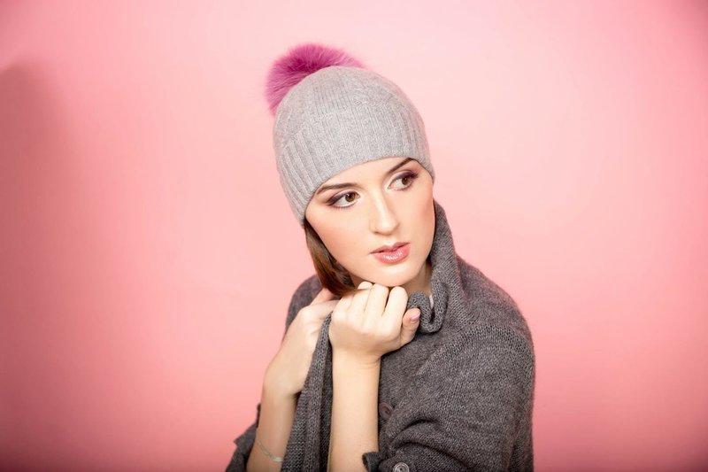 Серая шапка с розовым помпоном