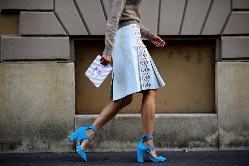 Яркие голубые туфли