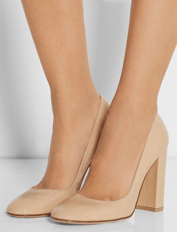 Девушка в туфлях на устойчивом каблуке