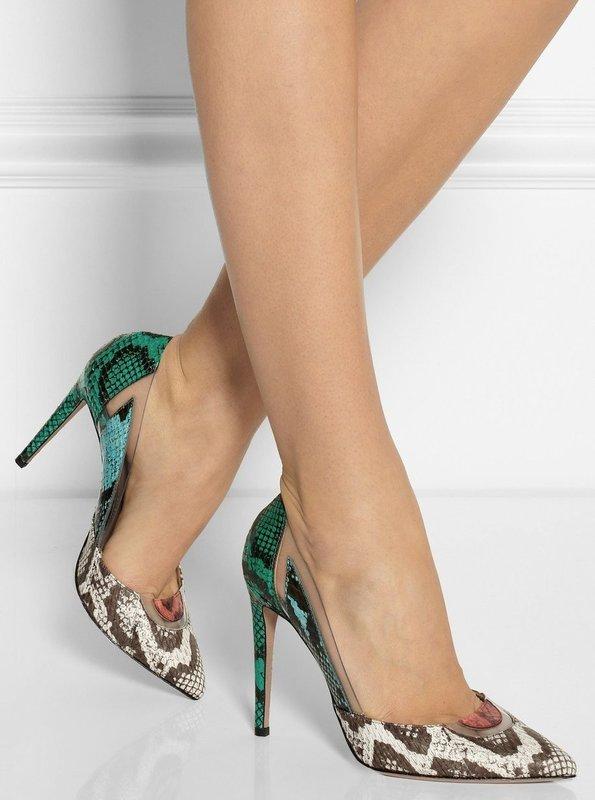 Девушка в туфлях-лодочки с имитацией под кожу змеи