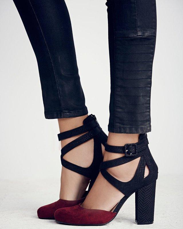 Девушка в туфлях с ремешками на устойчивом каблуке