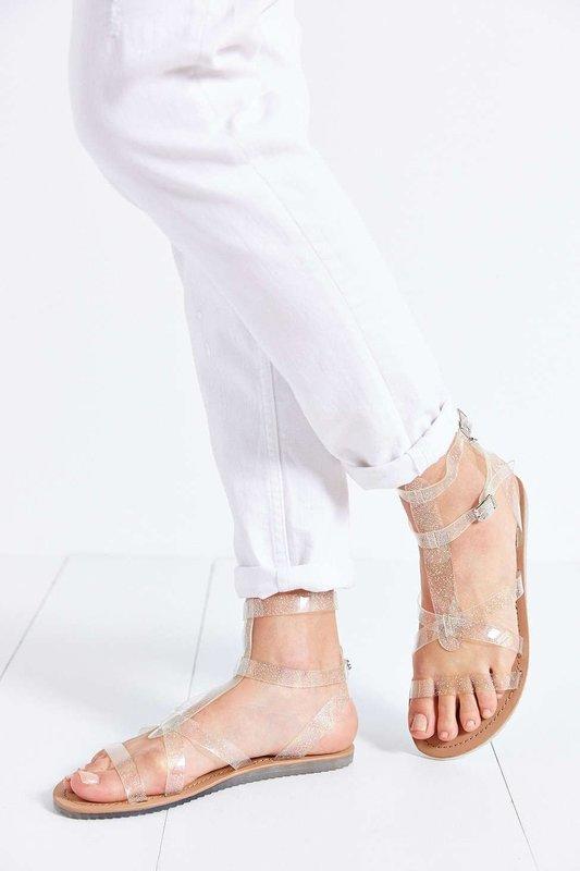 Девушка в сандалях гладиаторах с прозрачным верхом