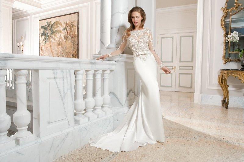 Прямое платье со шлейфом