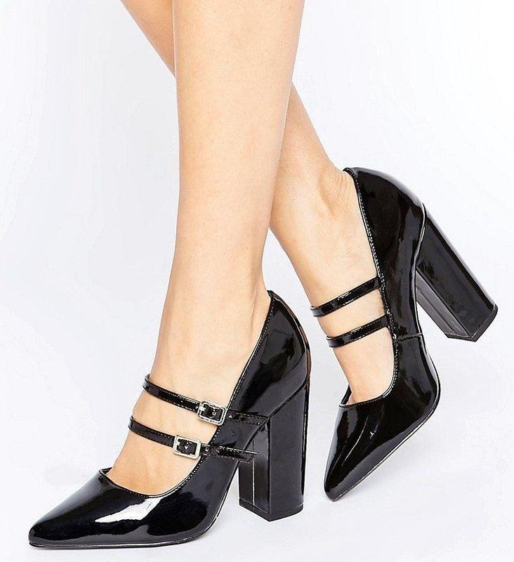 Девушка в туфлях с двумя ремешками на подъеме
