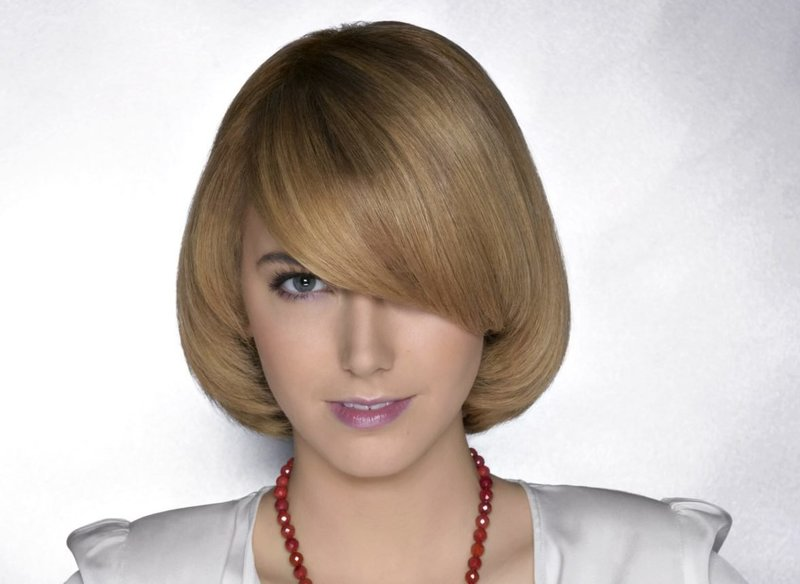 Девушка со стрижкой паж на средние волосы