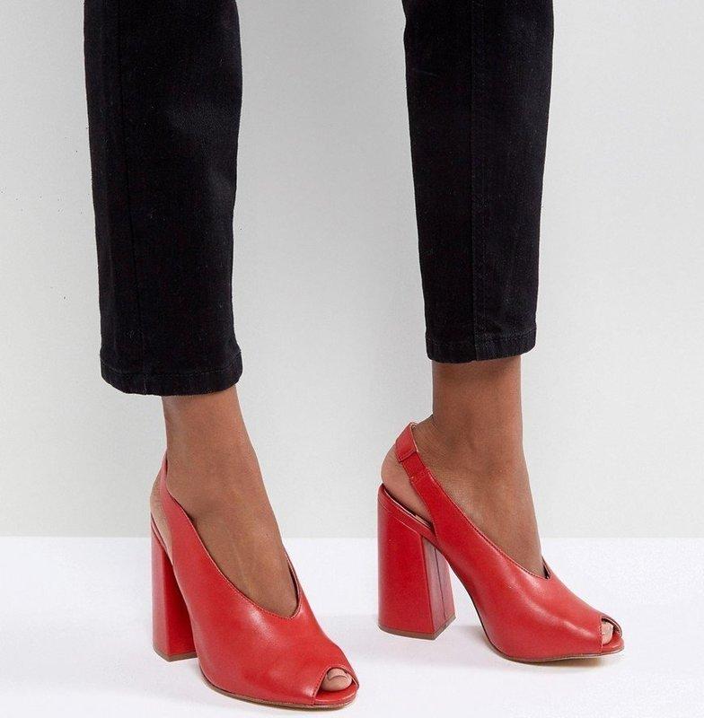 Девушка в туфлях с ремешком на пятке