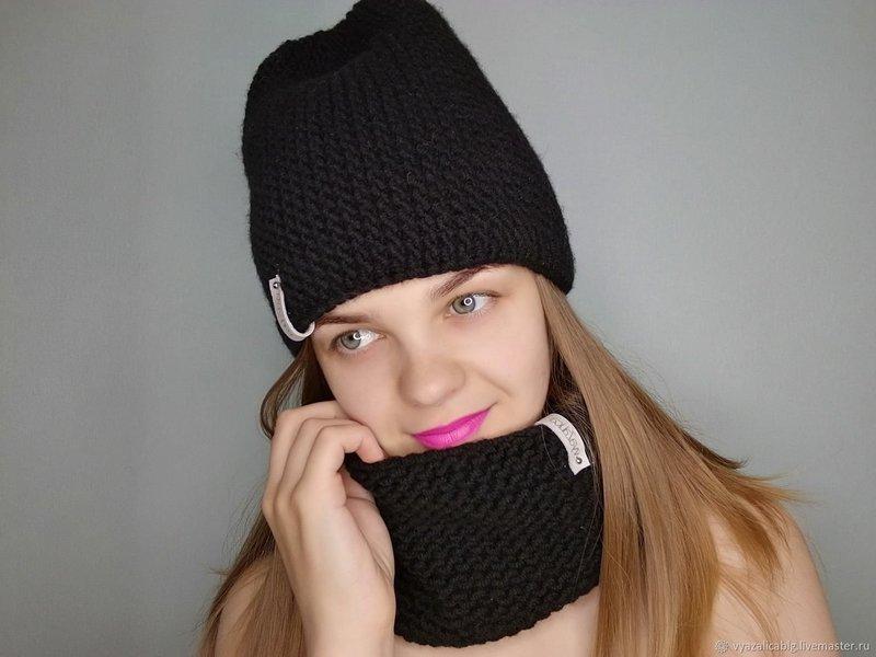 Вязаная черная шапка и снуд