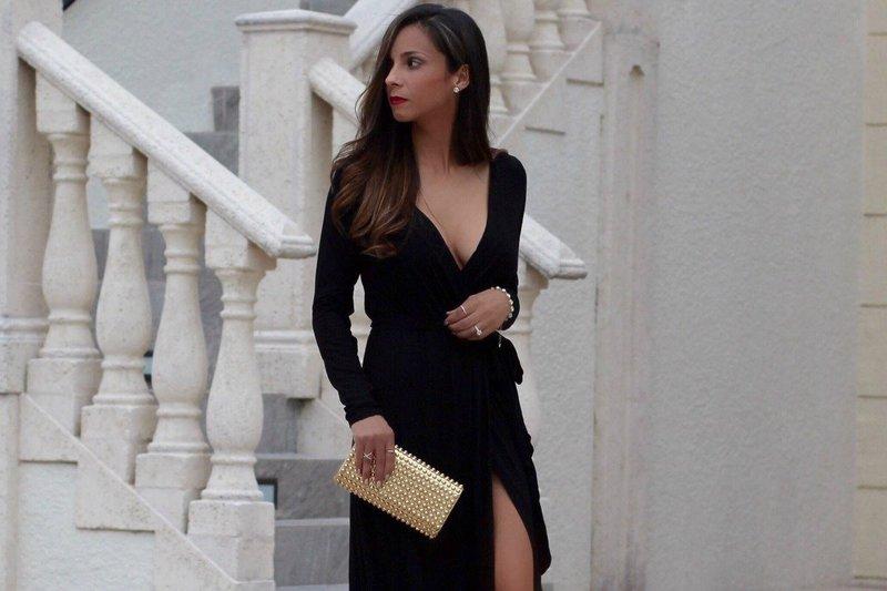 Черное платье с глубоким декольте и длинным рукавом