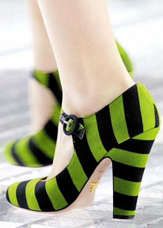 Девушка в туфлях в полоску