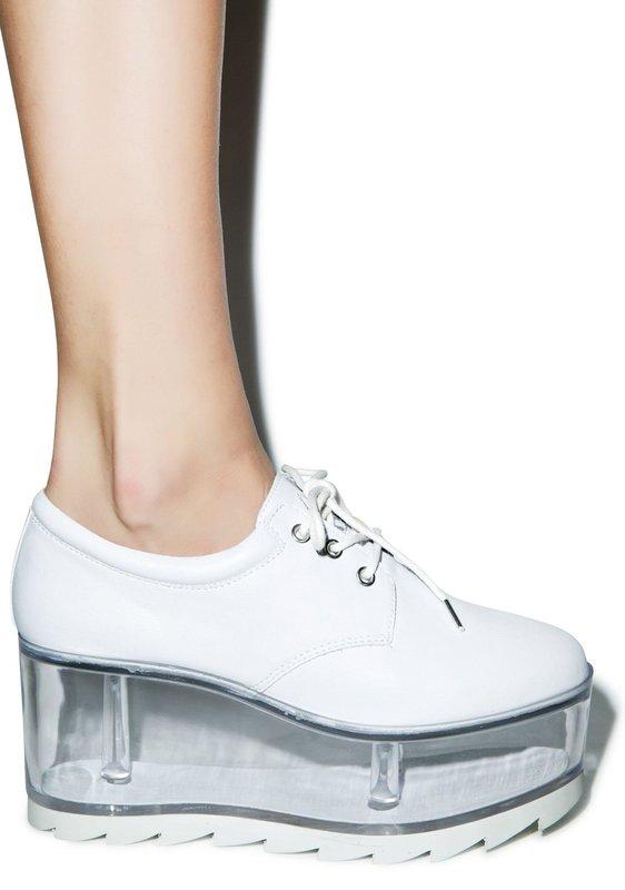 Девушка в обуви с прозрачной подошвой