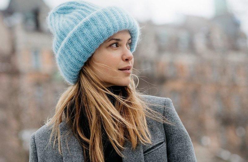 Голубая вязаная шапка