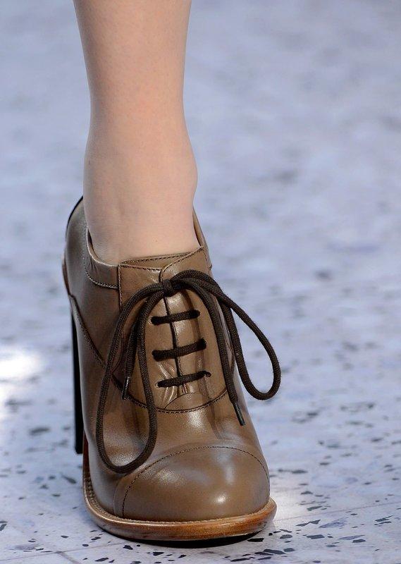 Девушка в оксфордах на каблуке