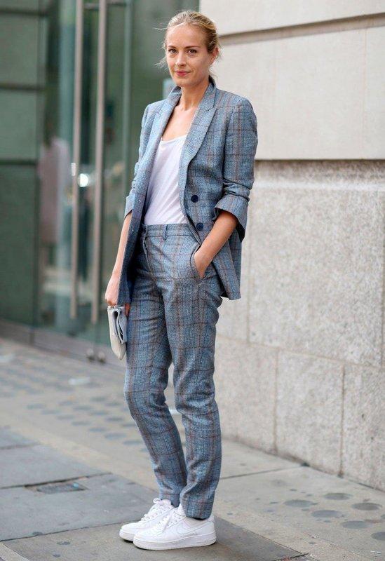 Девушка в кроссовках и брюках