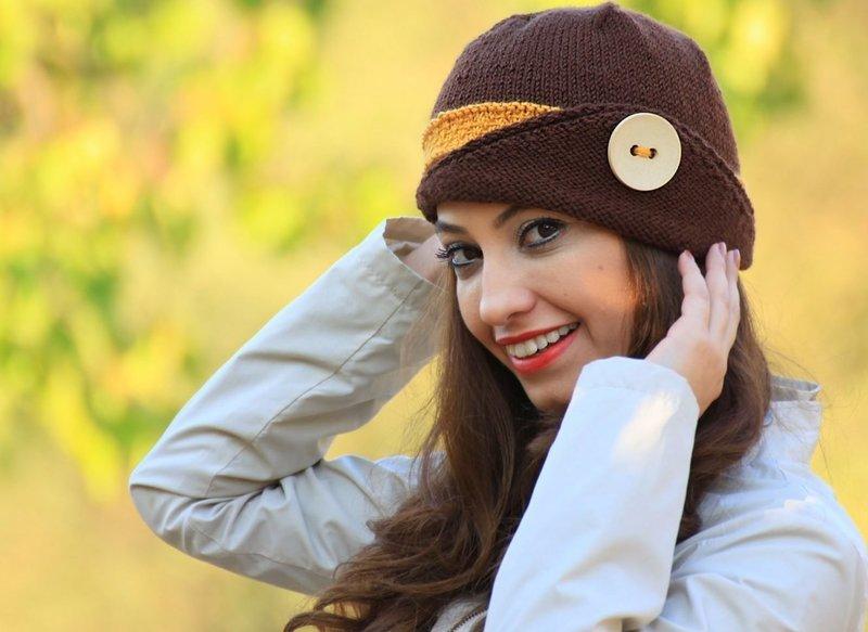Вязаная шапка-шляпка