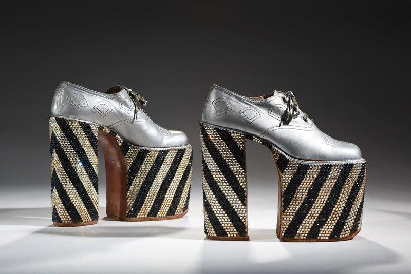 Серебристые туфли с модного показа