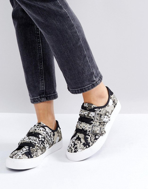 Девушка в кроссовках с пряжками