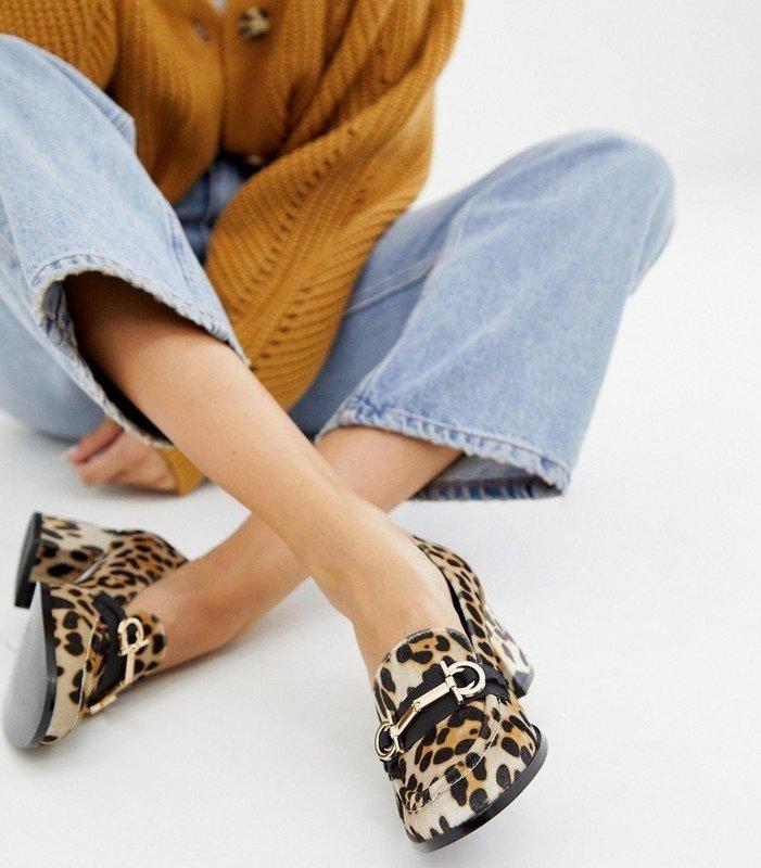 Девушка в лоферах на устойчивом каблуке с анималистическим принтом