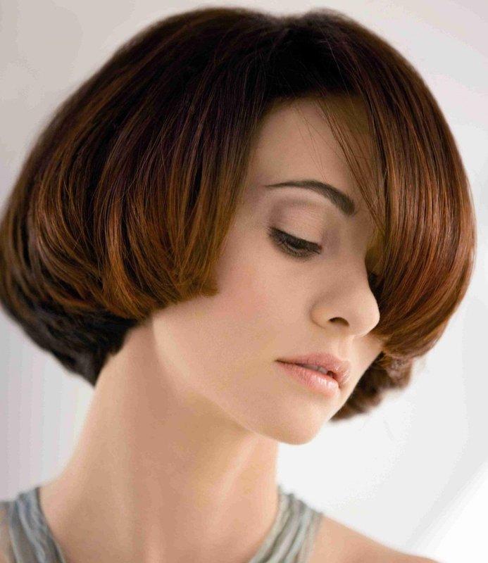 Стрижка паж на средние волосы в сочетании с косой челкой