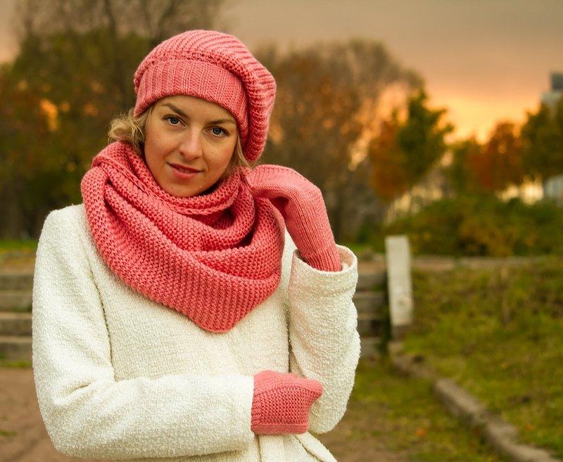 Комплект из вязаного берета, шарфа и перчаток
