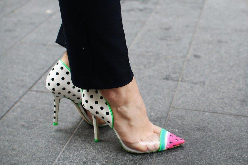 Яркие туфли с прозрачными боками